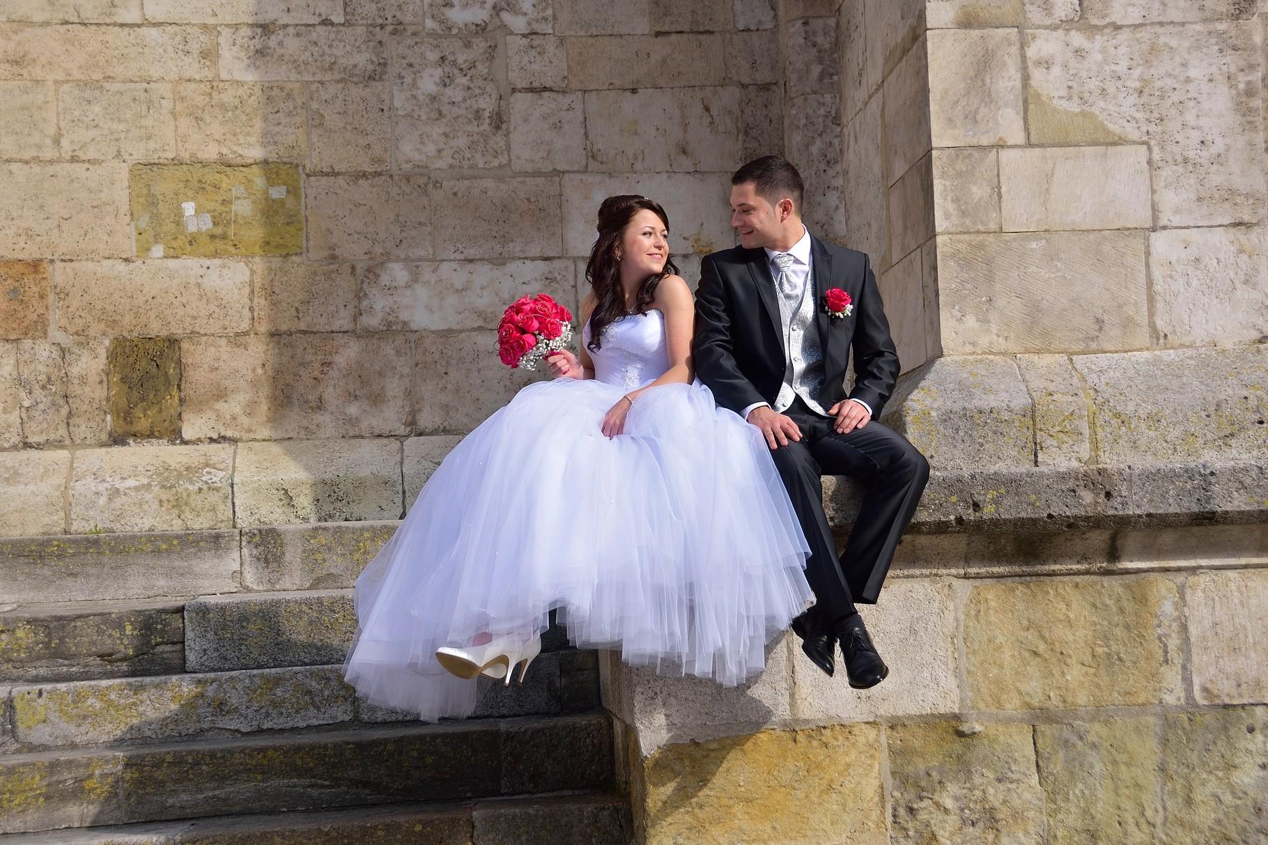 Hochzeitsfoto von Brautpaar bei dem Dom