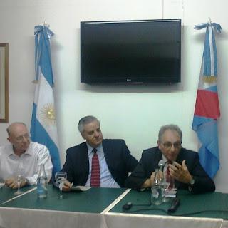 El prof. Raúl Pedemonte (de camisa blanca); el Cónsul General de Uruguay, Ministro Carlos Betancour; el expositor invitado.