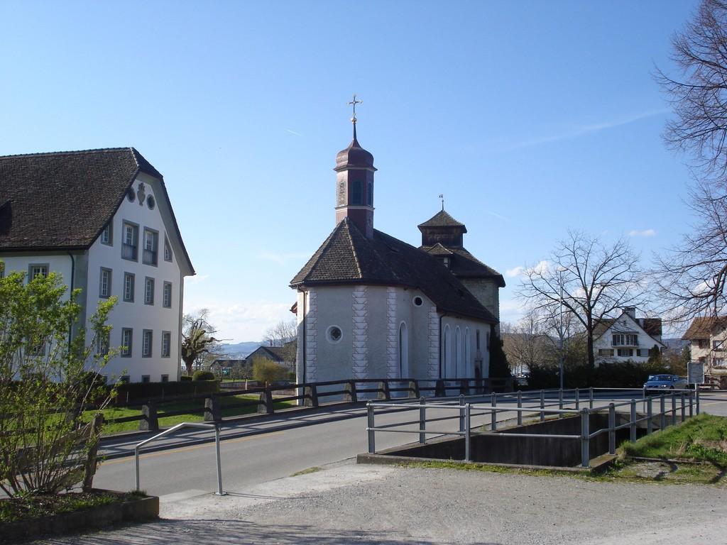 Blick von Südosten, links das Gemeindehaus Schloss, im Hintergrund der Schlossturm