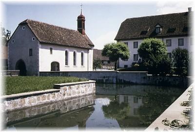 Blick von Nordwesten, rechts das Gemeindehaus Schloss