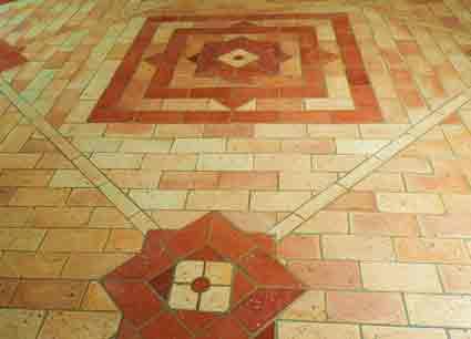 """Mit grauem Terracottafugenmörtel verfugter Ziegelfliesenboden mit von der """"Ziegelfliesenmanufaktur"""" hergestellten Ziegelfliesen"""