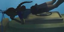Lara accroché au mini sous-marin
