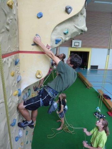 Lukas an der Kletterwand