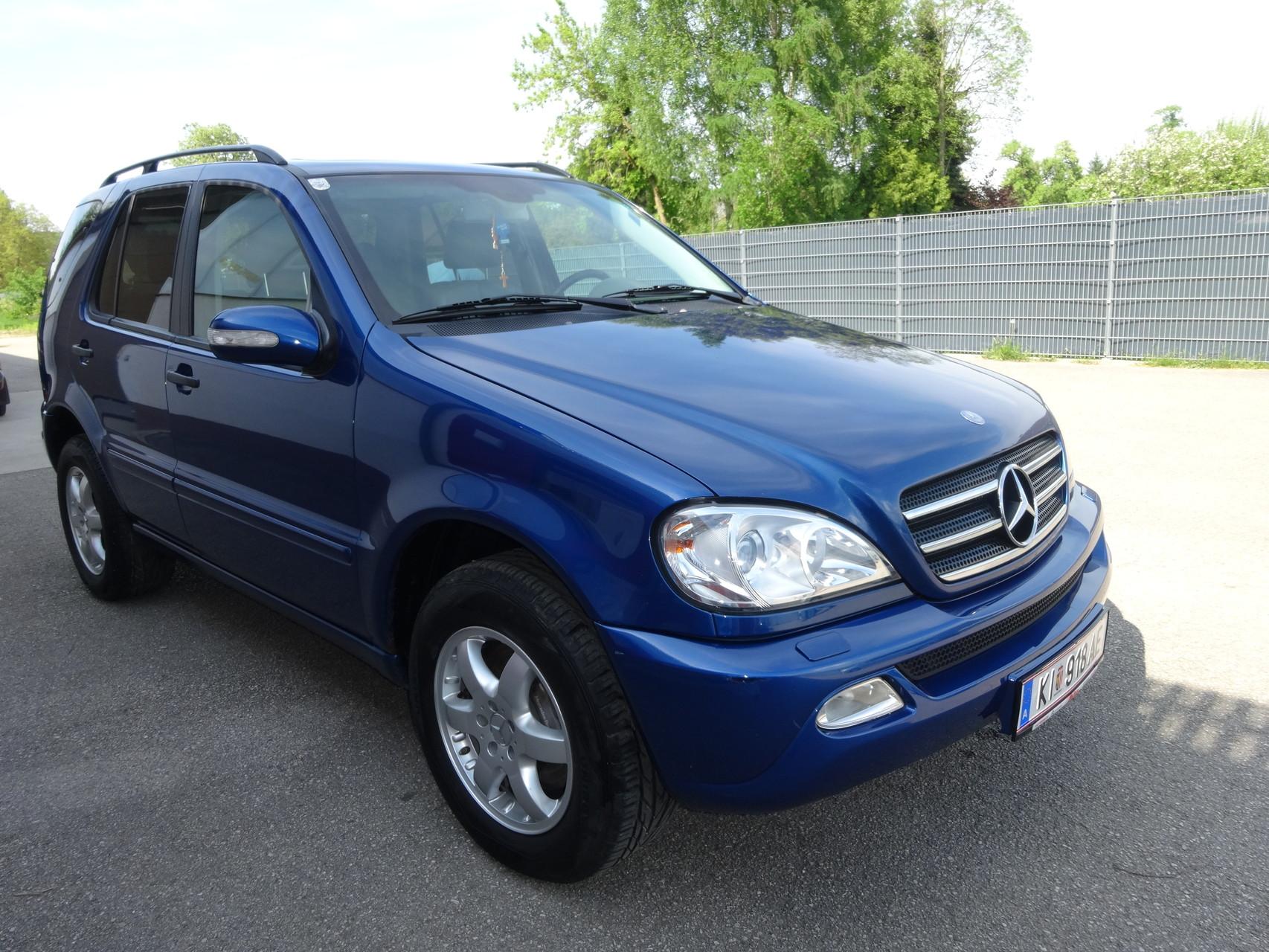 glänzend verläßt ein blauer Mercedes unsere Halle