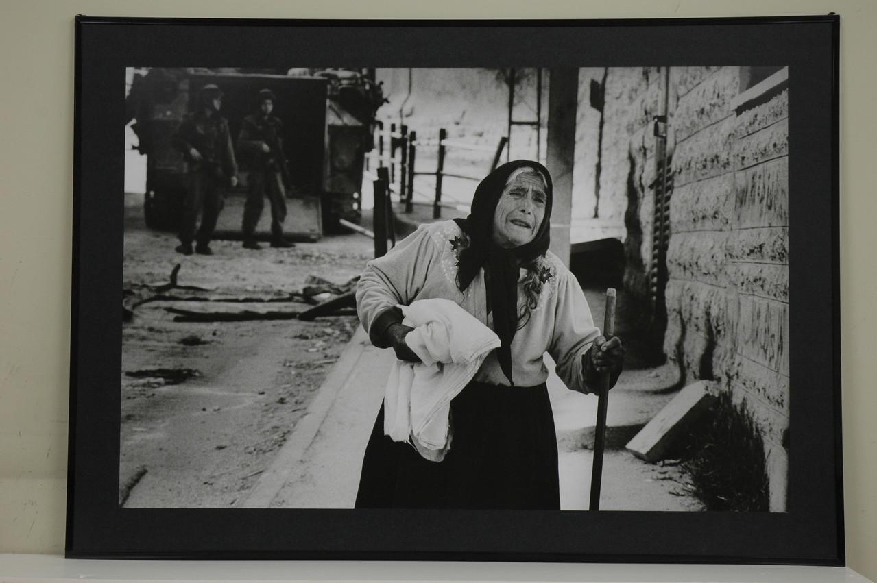 拘束されていった息子を返して、と白旗もってイスラエル兵に訴えに行ったが追い返された老母 2002.3