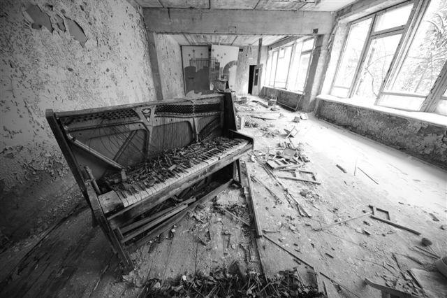 汚染地となったプリピャチの文化センターに放置されたままのピアノ 2011.2撮影