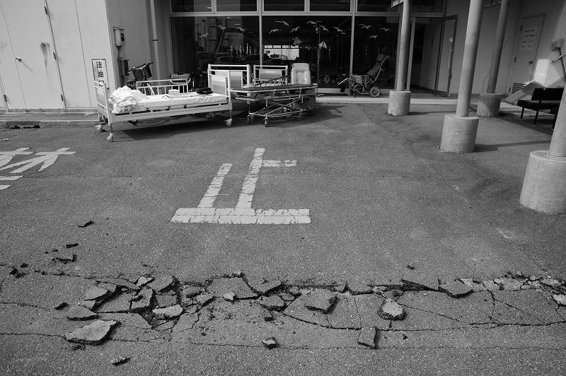 フクシマ原発震災 双葉町厚生病院玄関 2011.3.13