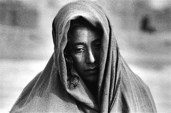 アフガニスタン 2001.12  難民キャンプの酷寒と飢餓で3歳の子どもを亡くした母親