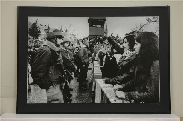 ラマ検問所でイスラエル兵士向かって1時間以上もVサインを掲げ続けているパレスチナ人女性 2002.4