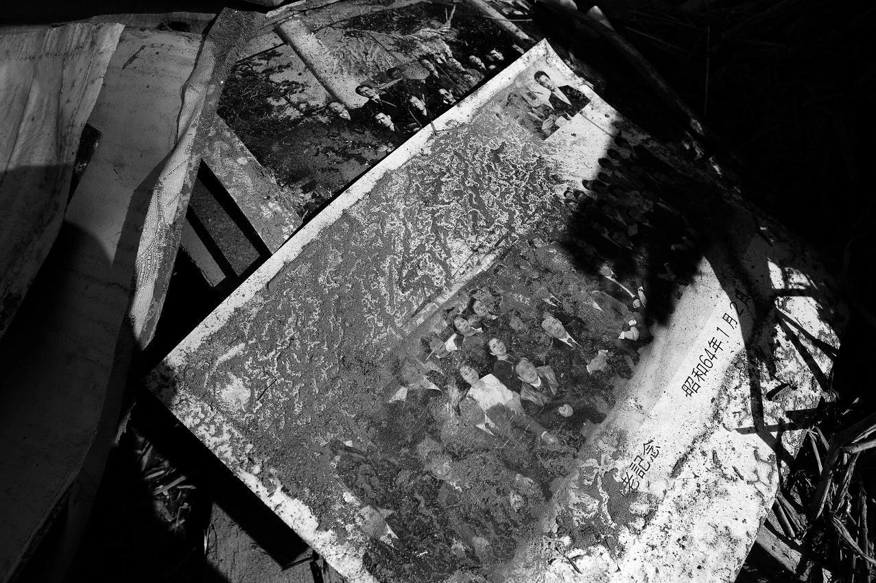 フクシマ原発震災 双葉町 見つかった写真汚染があり持ち出せない 2011.4.15