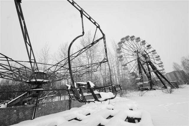 1986年5月に開園するはずだったプリピャチの遊園地。25年間ひとりの子どもも乗せることなく朽ちていく観覧車 2011.2撮影