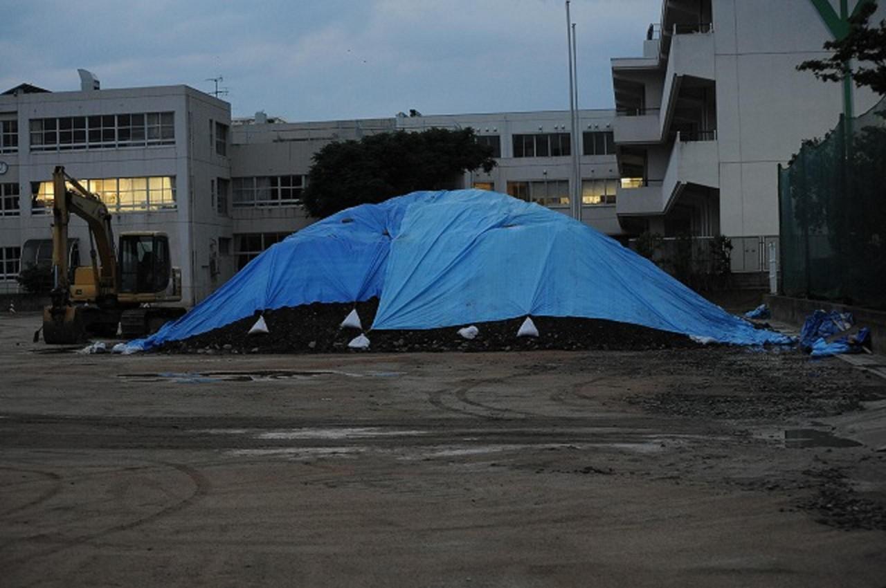フクシマ原発震災 福島市 校庭に積み上げられたままの汚染土 2011.7.11