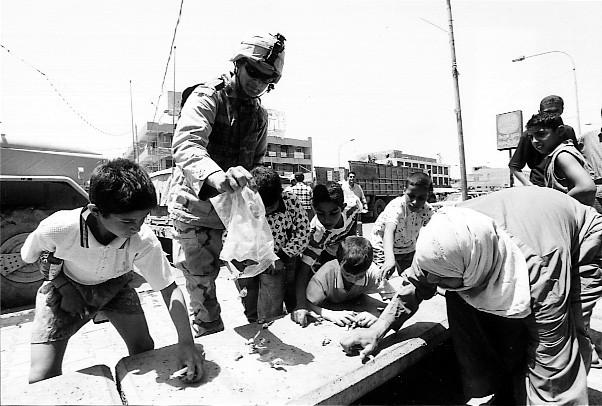 イラク バグダッドでキャンデーを配る米兵と群がる子ども 2003.5
