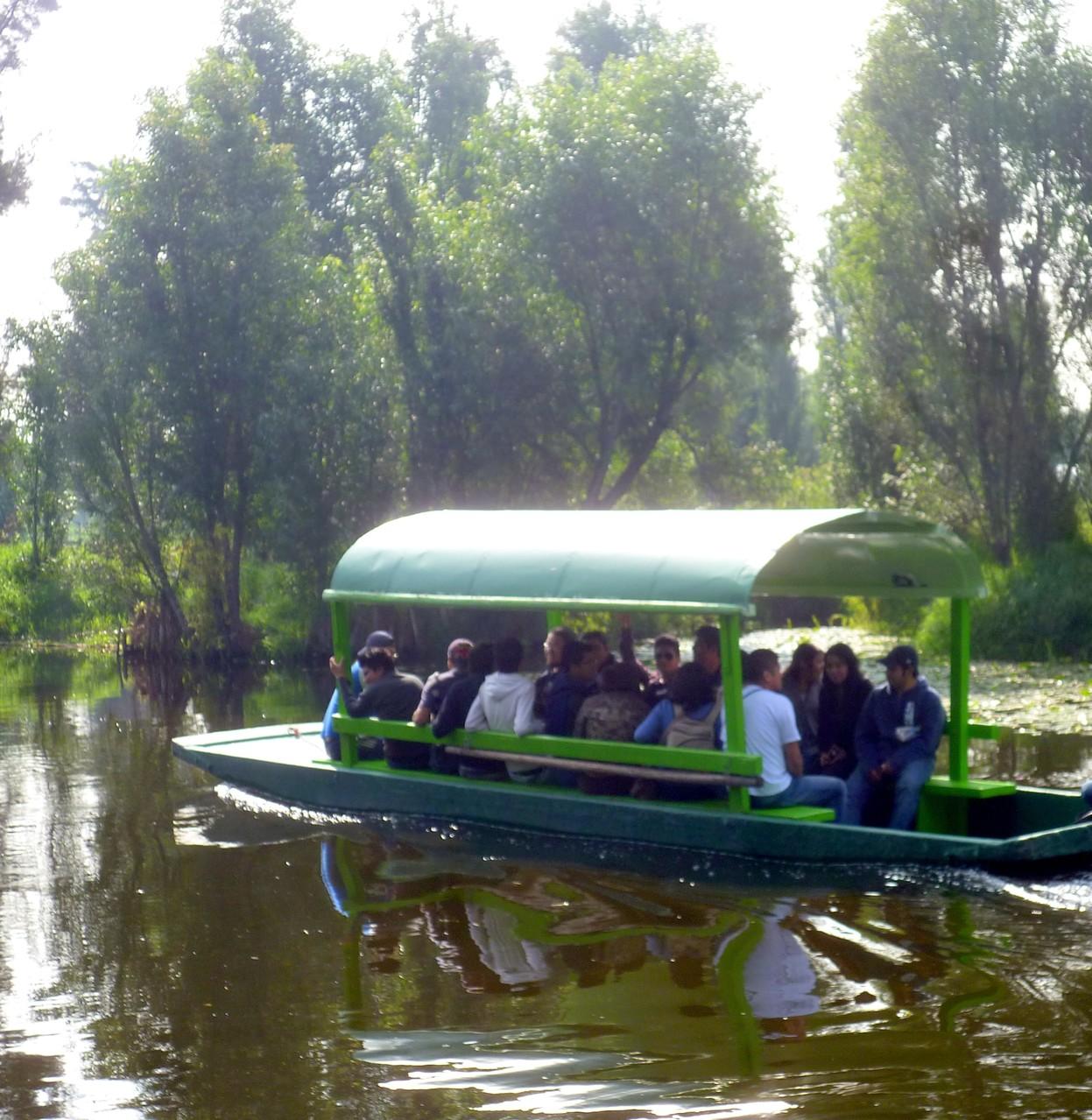 Puedes realizar diferente recorridos en trajinera por la reserva ecológica de Xochimilco.