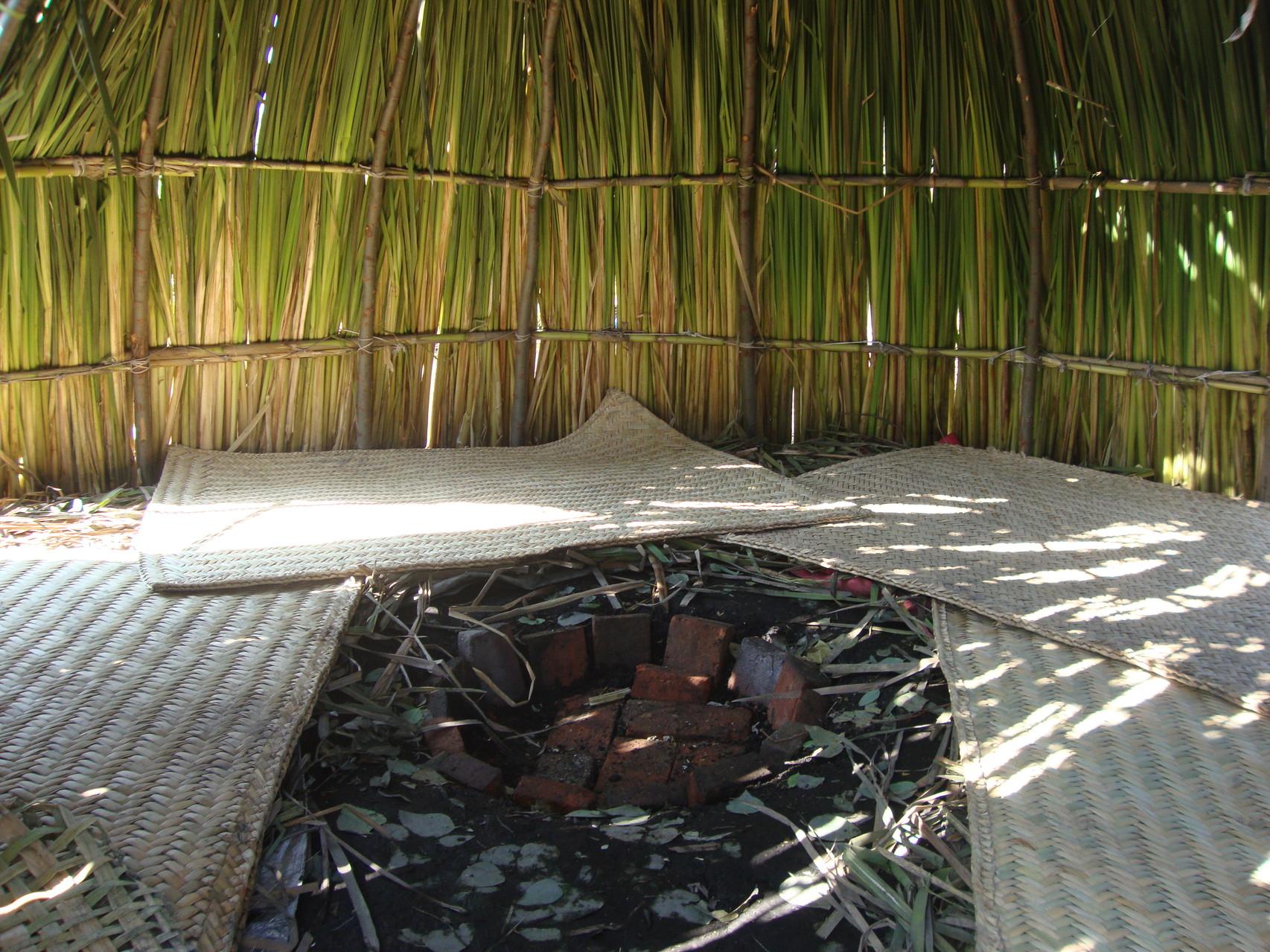 En el interior del temazcal, al centro, son colocadas las piedras volcánicas previamente calentadas.
