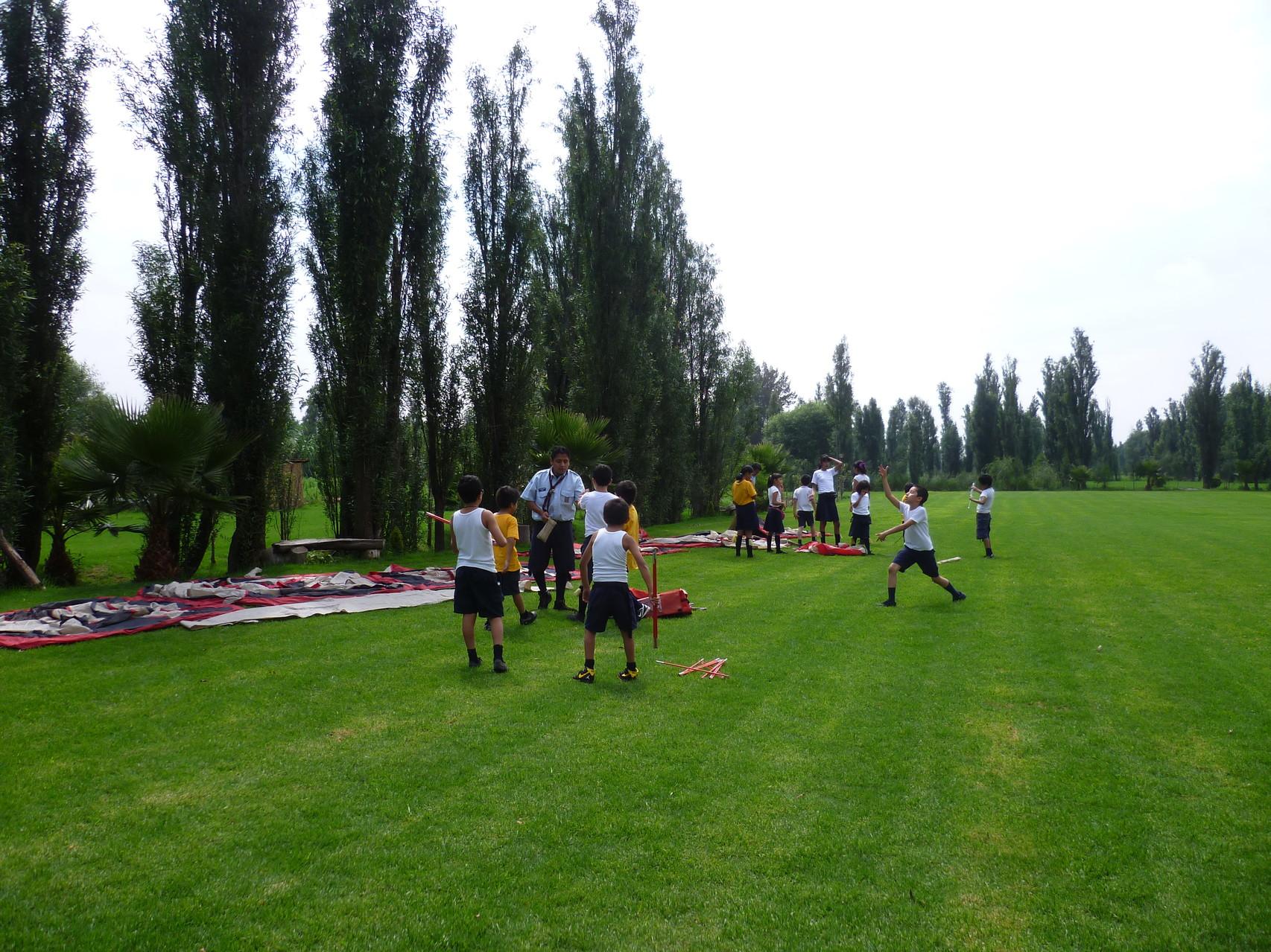 Scouts preparando el campamento.