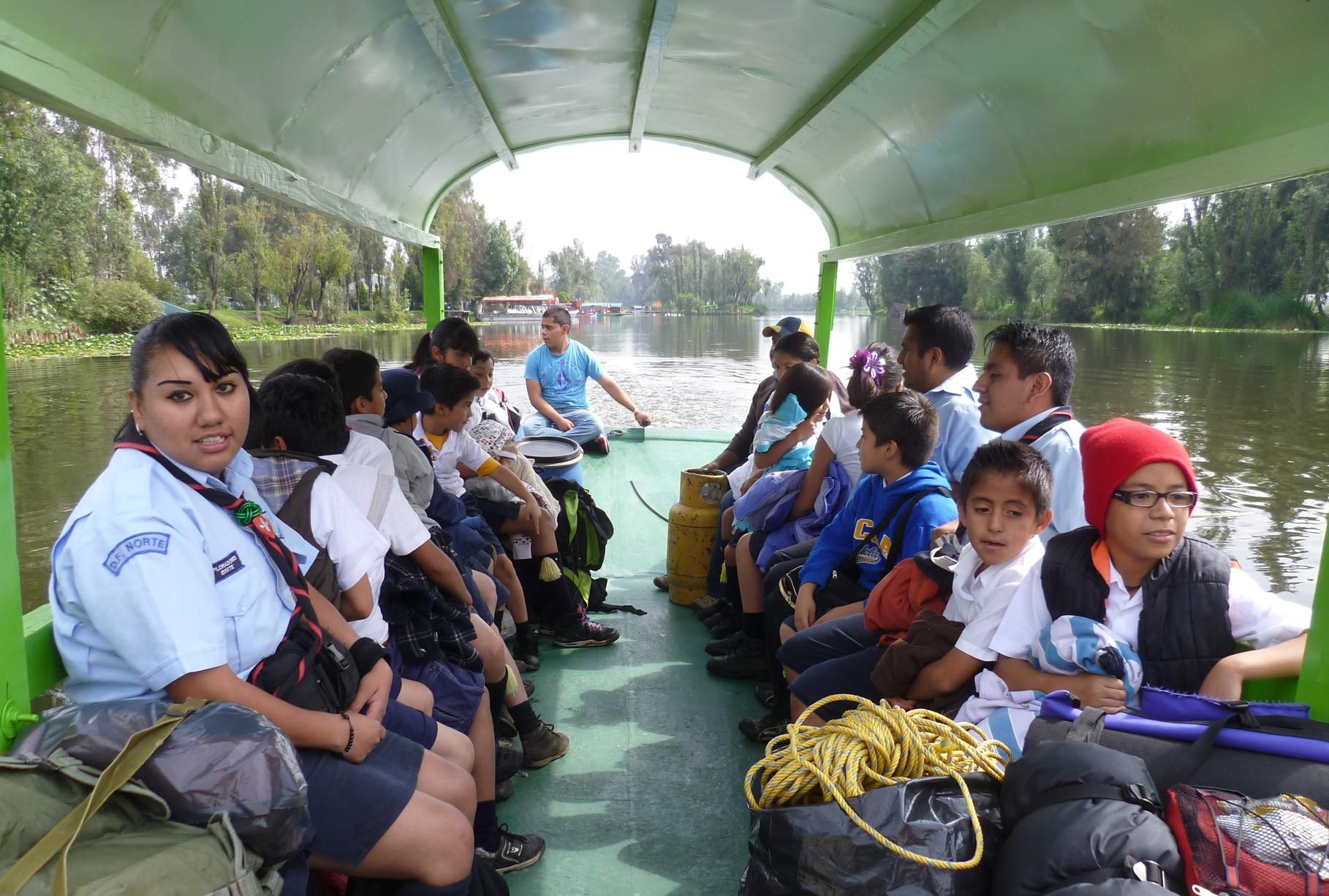 Recorrido en trajinera con Scouts, acamparon en Ecoturismo Olintlalli.