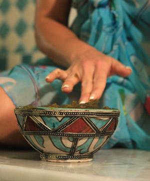Le gommage se pratique avec du Savon Noir qui se présente sous la forme d'une pâte sombre, épaisse, et douce, que l'on prélève à la main et avec laquelle on se lave une fois par semaine pour nettoyer la peau en profondeur.