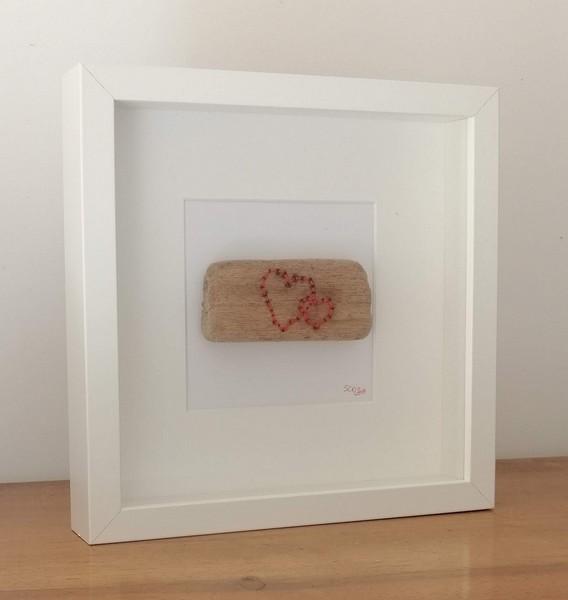 """24- bois brodé """"coeurs"""", fil de coton brodé sur bois flotté dans cadre bois carré vitré, dim. 25,2 cm* 25.2 cm prof. 4 cm : 35 €"""