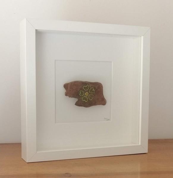 """23- bois brodé """"fleur"""", fil de coton brodé sur bois flotté dans cadre bois carré vitré, dim. 25,2 cm* 25.2 cm prof. 4 cm : 35 €"""