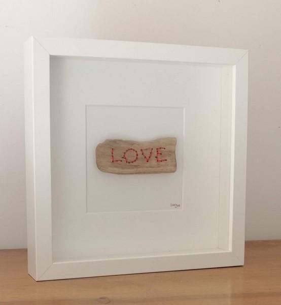 """22- bois brodé """"love"""", fil de coton brodé sur bois flotté dans cadre bois carré vitré, dim. 25,2 cm* 25.2 cm prof. 4 cm : 35 €"""