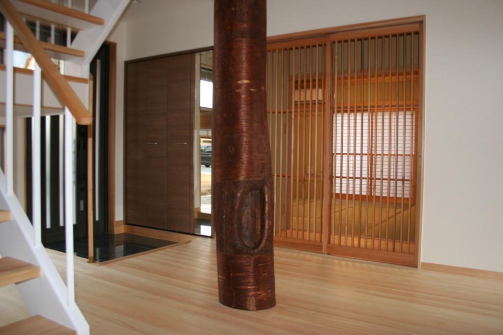 玄関ホール大黒柱・・山桜皮付7m材