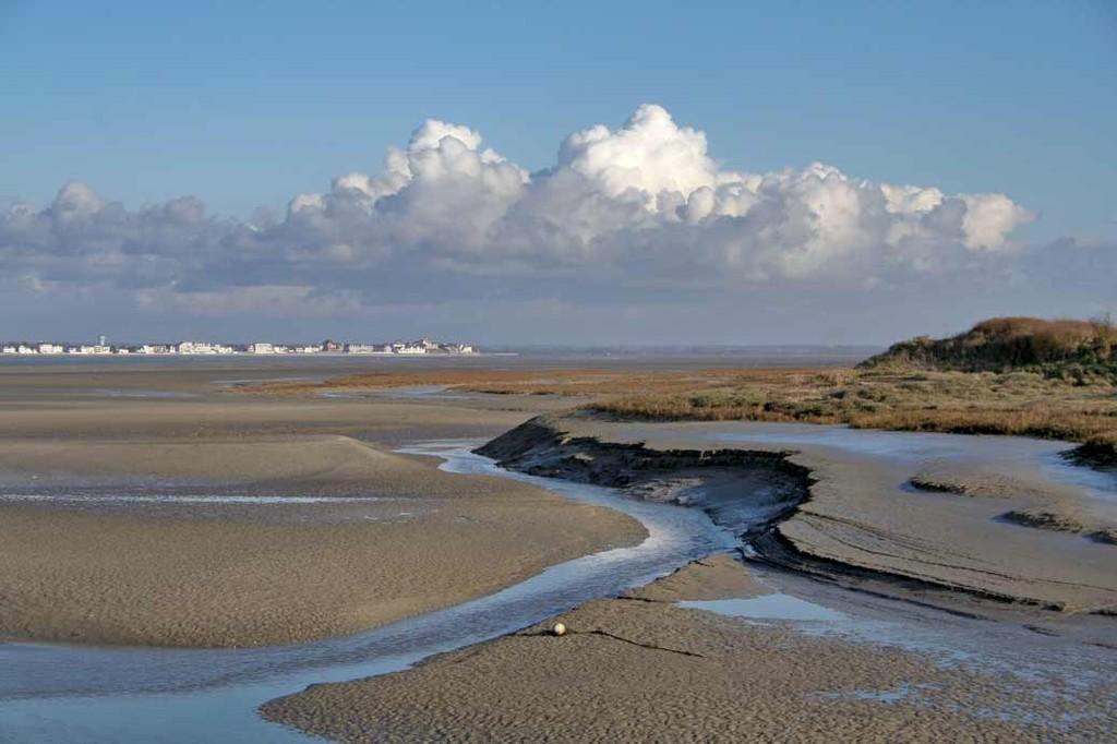 Depuis le Hourdel, de l'autre côté de la Baie de Somme, le Crotoy à marée basse