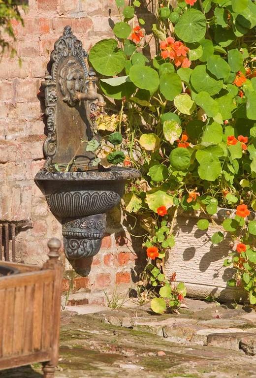 Un point d'eau pour arroser les fleurs les jours d'été.