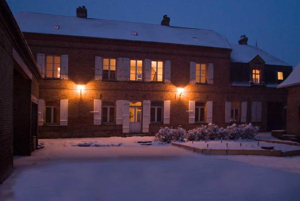 Le Manoir les Arums sous la neige. Côté cour.