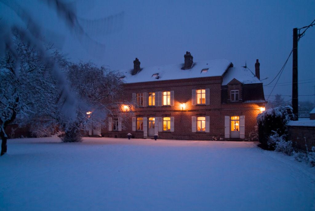 Le Manoir les Arums sous la neige. Côté jardin.