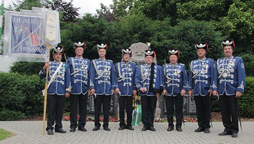 Die Blauen Husaren vor dem Denkmal