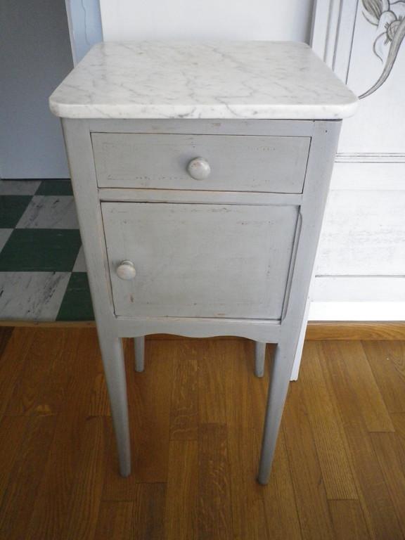Table de nuit ancienne avec tablette en marbre patine grise à la cire usée