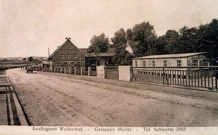 Die neue Ruhrbrücke mit dem Wellenbad, rechts der Tanzpavillon.