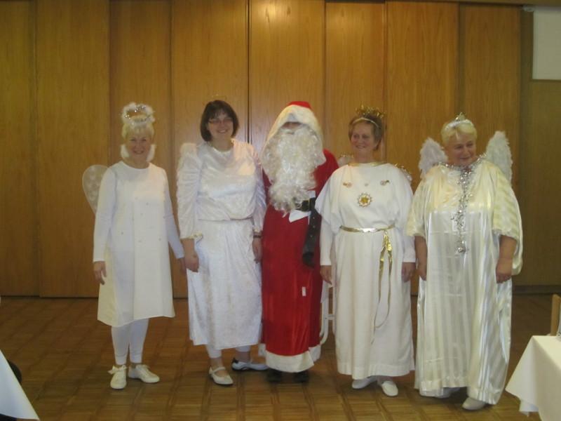 Der Weihnachtsmann mit seinen Engeln