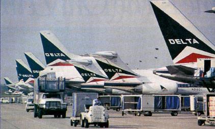 Zwei MD-88 zwischen einer TriStar und Boeing 757/Courtesy: Delta Air Lines