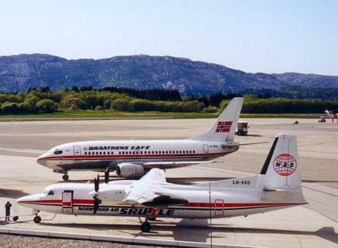 Anfänge der Norwegian Air Shuttle mit der Fokker 50! Im Hintergrund kann man eine Boeing 737-500 der Braathens bestaunen/Courtesy: Norwegian