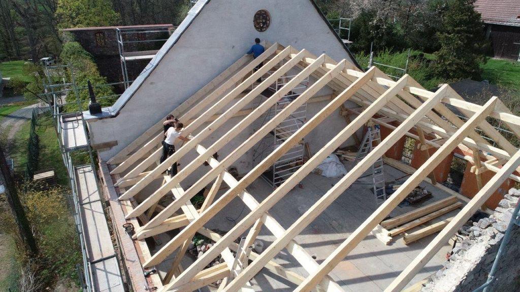 Neuer Dachstuhl auf alte Mauern