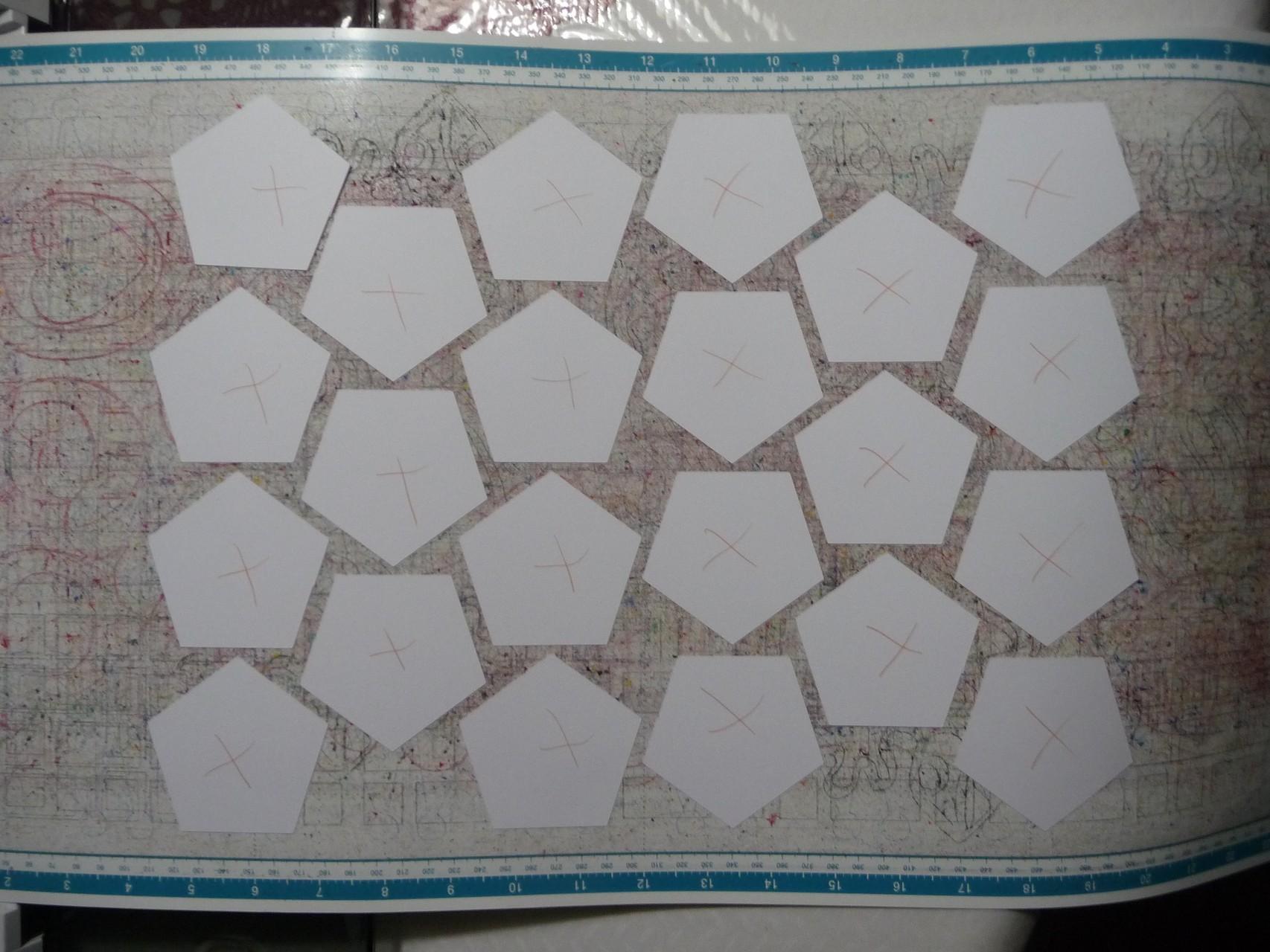 Hier sind 20 große Pentagon ausgeplottert. Bei meiner verbesserten Zeichnung passen sogar 25 Pentagon drauf! Noch weniger Verschnitt!