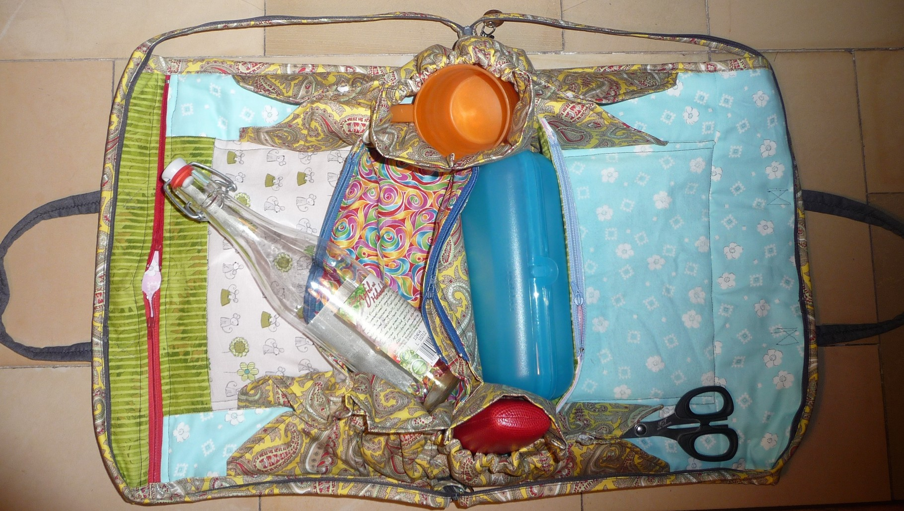 ... ein Plastikbecher, das Brillenetui... und wärend der Reise hat auch die Schere eine kleine Wegrutschsicherung.