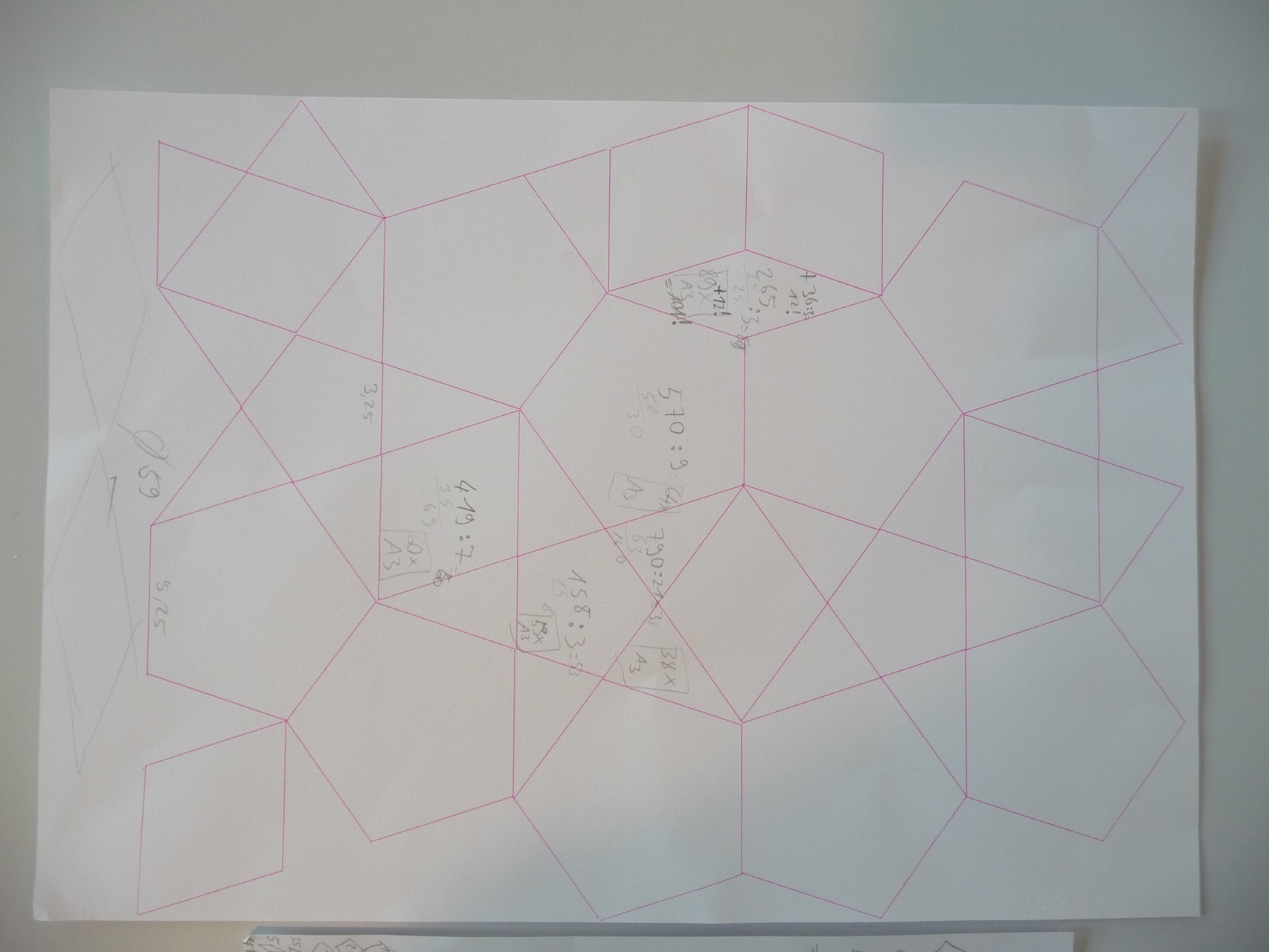 Der Plotter hat die großen Schablonenteile in Rosa gezeichnet.