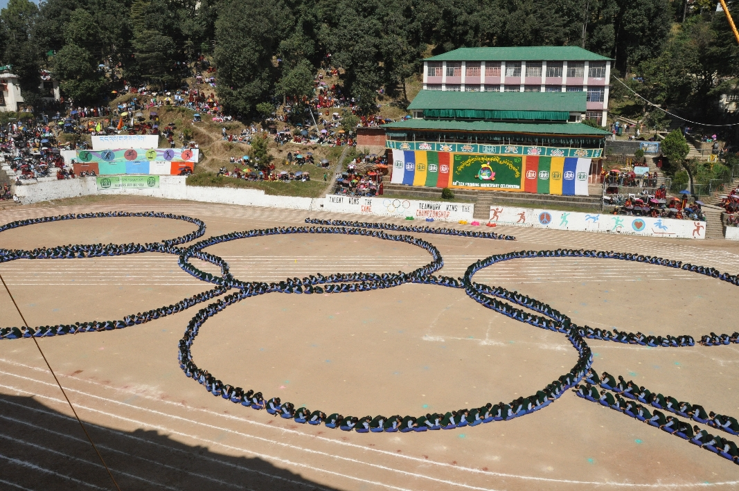 Kids forming the olympic rings