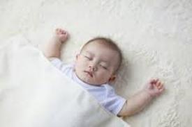 手を上にあげて寝るバンザイ寝