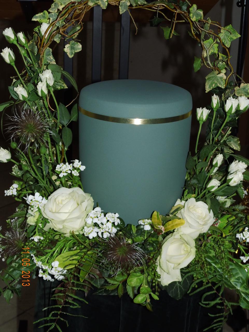 Urne mit Urnenschmuck