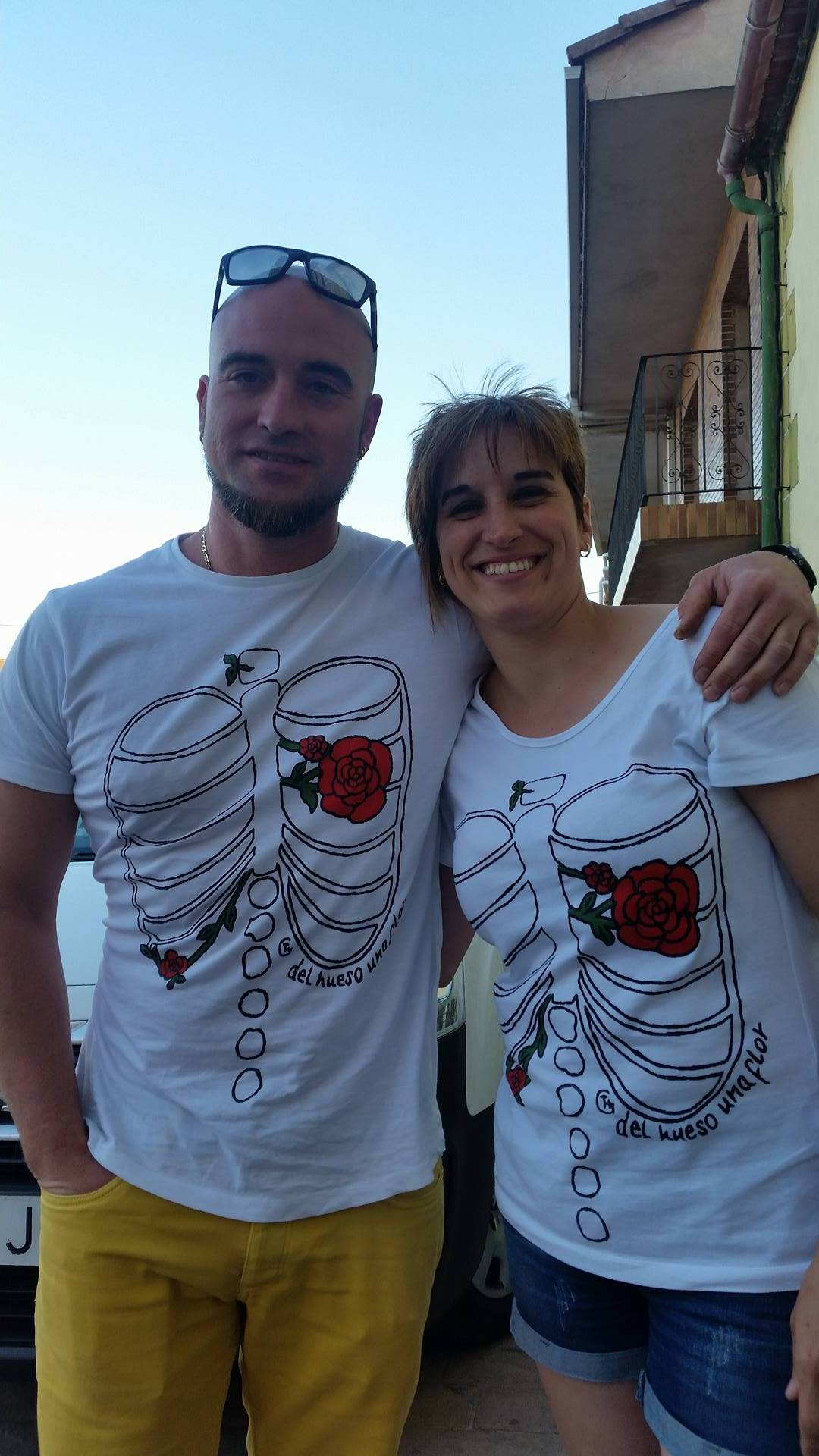 """Javi y Pili desde Burgos con las camisetas """"del hueso una flor"""" Pareja de guapos!"""