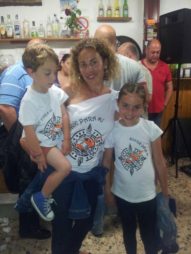 """Leo, Noe y Sofía con sus camisetas personalizadas del grupo """"A la Deriva"""""""
