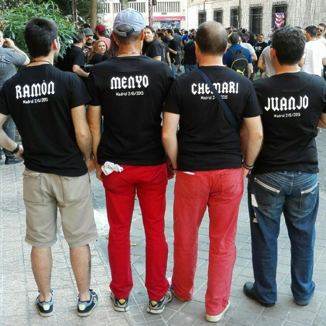 Detalle de la parte trasera de las camisetas de AC/DC personalizadas con los nombres