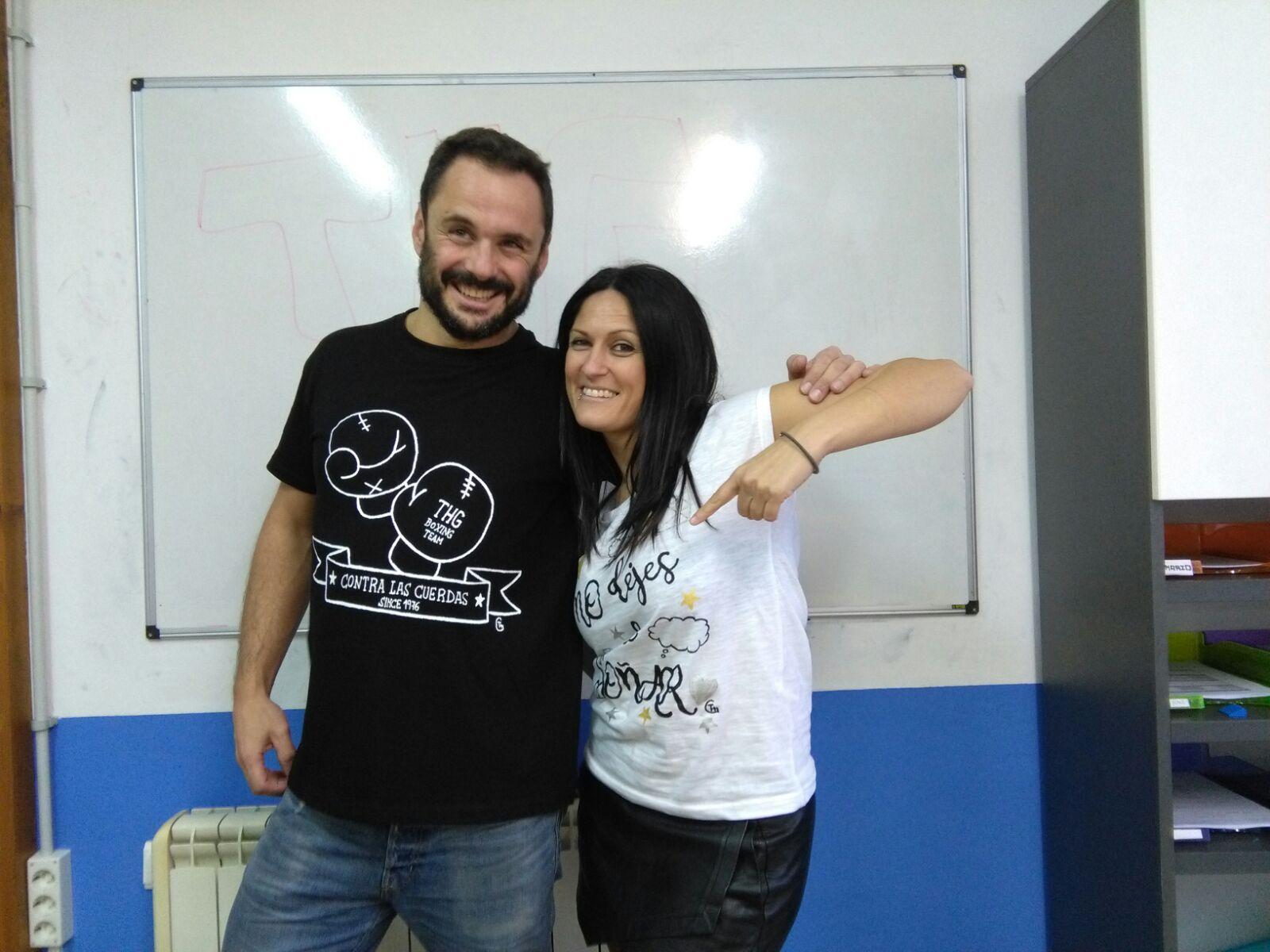 """Sergio y Esther con camisetas """"Contra las Cuerdas"""" y """"No dejes de Soñar"""""""