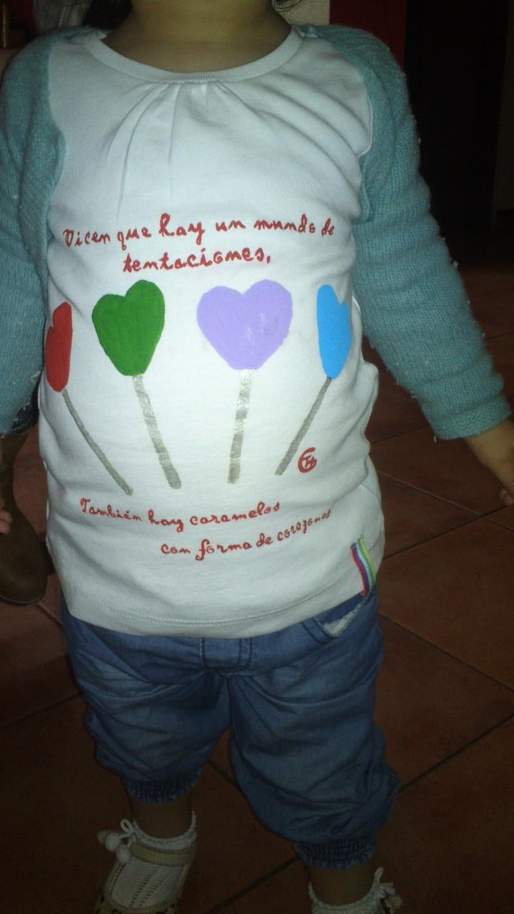 Alejandra con camiseta piruletas