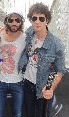 "Alex con camiseta ""Caricatura de Pereza"" junto a Leiva"
