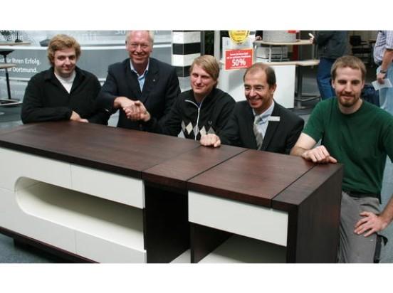 Das Foto zeigt von links nach rechts: Tobias Pieper (3. Platz), Obermeister Thomas Rüters, Marius Schene (1. Platz), Bernd Gregor (Sparkasse Dortmund) und Dennis Sielenkemper (2. Platz) von Möbel Design LV GmbH mit seinem Gesellenstück. (Foto: Innung)  D.